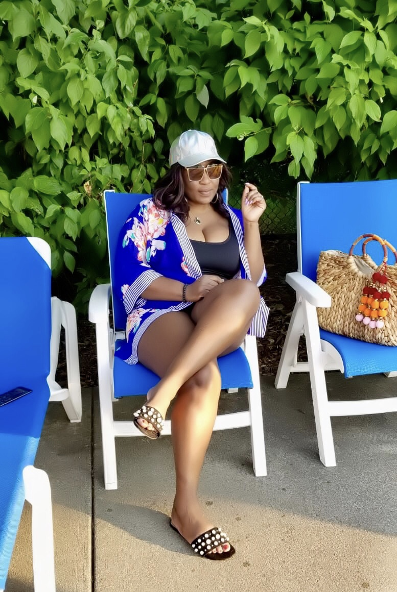 fashion-blogger-by-the pool